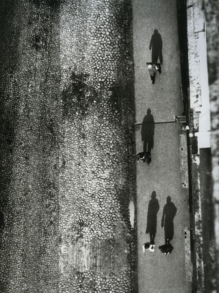 Árnyékok a járdán, 1928