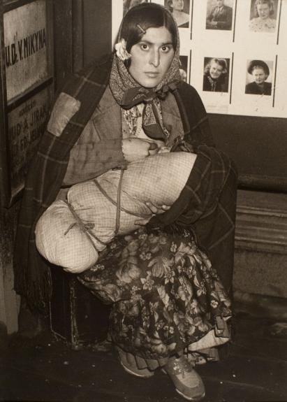 7. Cigányasszony a gyerekével a pályaudvaron, 1940