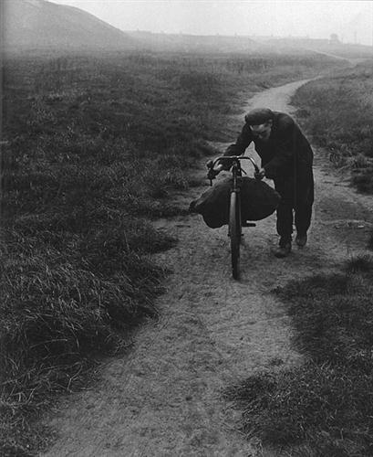 Hazafelé igyekvő szénbányász, 1936-1937
